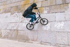 Młody człowiek robi sztuczkom na BMX BMX styl wolny zdjęcie royalty free