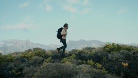 Młody koczownika podróżnik na epickim góry plaży spacerze zbiory