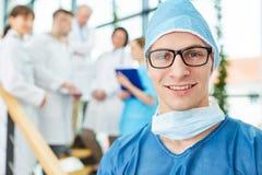 Młody lekarz jako chirurg zdjęcie royalty free