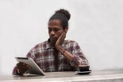 Młody pióro i laptop robi pracie domowej murzyna działania i studiowania mienia zdjęcia stock