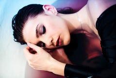 Młody przyjemny przyglądający kobieta model cieszy się gorącego skąpanie, pokazuje jej nagich ramiona Piękna i opieki pojęcie zdjęcia royalty free