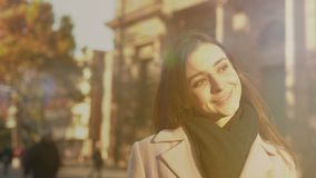 Młody rozochocony niepłonny żeński uśmiechnięty pobliski uniwersytecki budynek, sposobności zbiory wideo