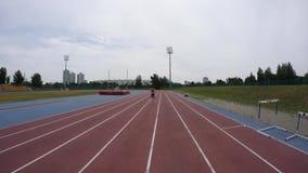 Młody sport kobiety bieg przy miasto atletyki śladem w zwolnionego tempa 4K wideo na UHD obiektywu szerokiej kamerze zbiory wideo