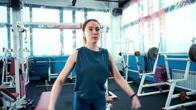 Młody sportowy dziewczyny ćwiczenie z dumbbells zbiory
