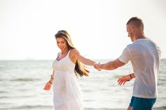 Młody szczęśliwy i radosny Kaukaski dorosły romantyczny para taniec na tropikalnej lato plaży - miesiąc miodowy podróż i czasu wo zdjęcia royalty free