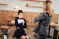 Młody uczucie martwiący się praktykanta słuchanie jej surowy żeński szef zdjęcie royalty free