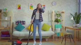 Młody womanat dom vacuuming dywan kicha początki i pojęcie alergia odkurzać zbiory wideo