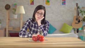Młodych kobiet spojrzenia przy pomidorami które powodują alergiczną reakcję, Alergia pomidory zbiory