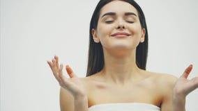 Młodzi atrakcyjni atrakcyjni dziewczyna stojaki na białym tle Podczas to płatki spadają zdjęcie wideo