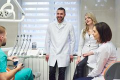 Młodzi caucasian dentyści na kawowej przerwie zdjęcie royalty free