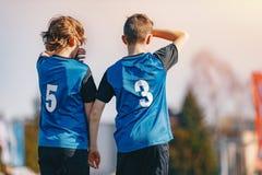 Młodzi futboliści Stoi w Ściennej piłki nożnej ścianie Podczas rzutu wolnego Piłka nożna turnieju gra dla młodości zdjęcia royalty free