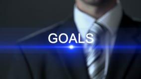 Mål affärsman som bär den trängande knappen för officiell dräkt på skärmen, motivation lager videofilmer