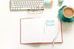 Mål 2019, att göra listabegrepp bästa sikt, för kvinna` s för lägenhet lekmanna- skrivbord för kontor royaltyfri foto