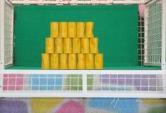 Mål av gula cans för att kasta bollen Royaltyfri Bild