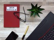 Mål för 2019 Kontorsskrivbord med anmärkningen för 2019 mål Framtida plan och mål Affärsplan arkivbild