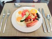 Mål för morgonfrukosthotell - ägg, korv och grönsaker Fotografering för Bildbyråer