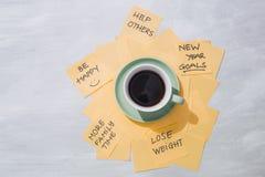 Mål för nytt år eller upplösningar - gula klibbiga anmärkningar med kaffe fotografering för bildbyråer