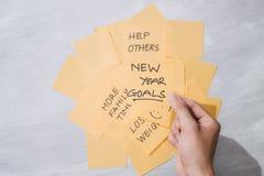 Mål för nytt år eller upplösningar - gula klibbiga anmärkningar med kaffe på tabellen fotografering för bildbyråer