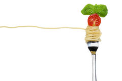 Mål för spagettinudelpasta på en isolerad gaffel royaltyfri foto