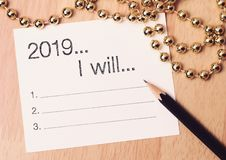 2019 mål listar med guld- garnering Vi önskar dig ett nytt år som fylls med under, fred och betydelse royaltyfri foto
