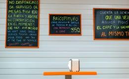 Mål på coffee shop med servettservice och krita på boaen fotografering för bildbyråer