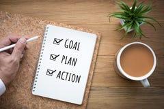 Mål 2018, plan, handlingtext för nytt år på notepaden working för motivation för vuxen affärsaffärsman mogen Royaltyfria Bilder