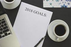 2018 mål skyler över brister, skriver, koppar för vitt kaffe Arkivbild