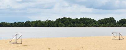 Mål två på stranden bredvid havet under blå himmel Arkivbilder