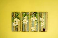Måla brädet av blomman på väggen royaltyfri foto