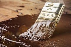 Måla en wood ram med chokladfärg Arkivfoto