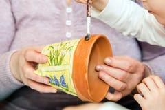 Måla för förälder- och barnhänder Royaltyfri Fotografi