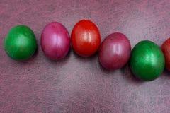Måla för påskägg som är färgrikt under påsken på den bruna bakgrunden Påskägg på den bruna bakgrunden Royaltyfria Foton