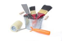 Måla hjälpmedlet, målarfärgrullar, borsten och stålskyffeln Arkivbilder