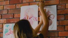 Måla hobbytalangkonstnären som klibbar teckningsväggen lager videofilmer