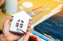 Måla huset och att reparera och att måla fasaden av byggandet arkivfoton