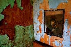 Måla i övergett gammalt hus royaltyfri fotografi