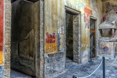 Måla i ett hus av Pompeii, en förstörd forntida romersk stad Arkivbilder