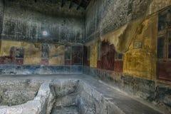 Måla i ett hus av Pompeii, en förstörd forntida romersk stad Arkivfoton