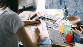 Måla idérik process Arbetsplats av konstnärWatercolors inspiration close upp tillbaka sikt Videomaterial lager videofilmer