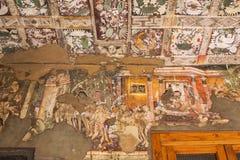 Måla inom de Ajanta grottorna, Indien royaltyfria foton