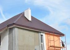 Måla och att rappa, yttre husvägg för stuckatur För fasad arbetar reparationen för termisk isolering och målningunder yttre renov arkivbild