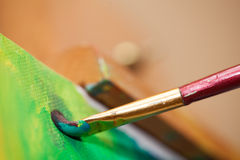 Måla på en staffli Fotografering för Bildbyråer