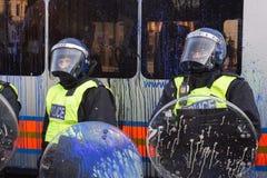 Måla plaskad UK-kravallpolis, London, UK. Royaltyfri Bild