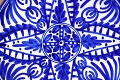 målad blå keramik plate former Arkivbild