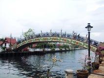 Målad bro över den Melaka floden fotografering för bildbyråer