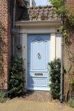 Målad dörr för himmelblått på holländskt hus i Wassenaar, Holland Arkivfoton