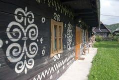 Målad folk stuga, Cicmany Arkivfoton