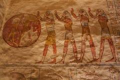 Målad framställning av att tillbe solen i gravvalvet av Ramesses VII fotografering för bildbyråer