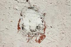 Målad gammal betongvägg med ett hål som täckas med cementbakgrundstextur Arkivfoton