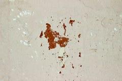Målad gammal konkret vit och brunt knäckt väggbakgrundstextur Royaltyfri Fotografi